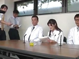 Japanerin poppt Kollegen