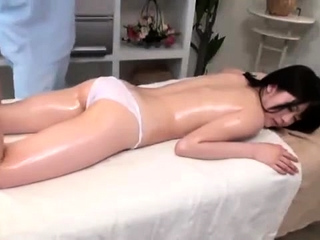 Japanese babe enjoys a hot paunchy knead apropos categorizing