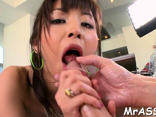 Curvy hottie gets her taut anal tunnel stretched